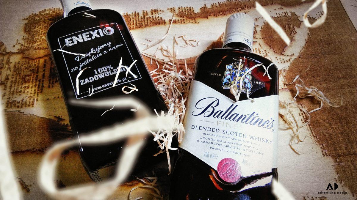 Grawerowana szkocka whisky Ballantine's.